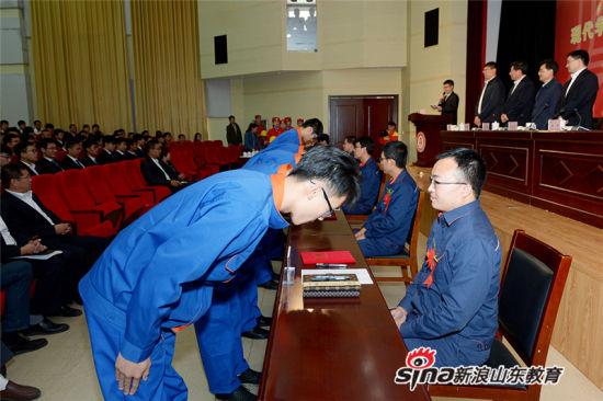 10名徒弟代表向5位师傅代表敬茶、谢师恩