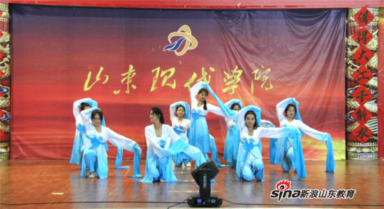 学生舞蹈团演员带来的《袖里乾坤》