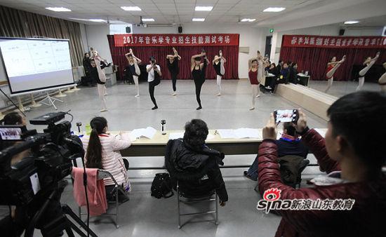 共有来自山东和新疆的129名考生参加考试 杨安摄影