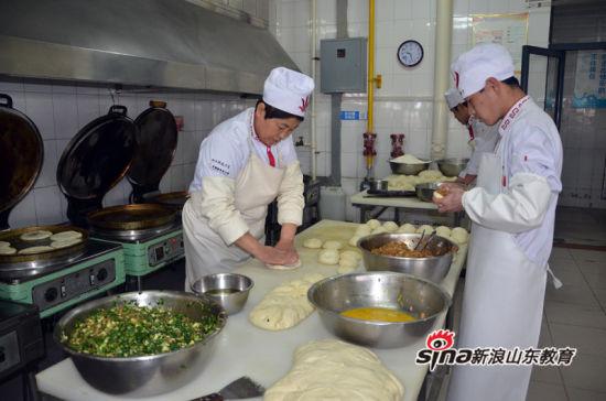 辛勤工作的后厨师傅(颜凤摄)