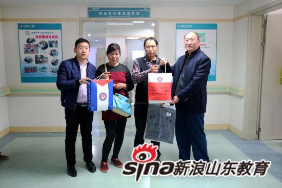 山东英才学院建筑工程学院杨庆年院长代表学校送去捐款