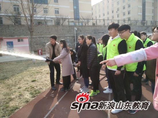 志愿者体验水带的使用