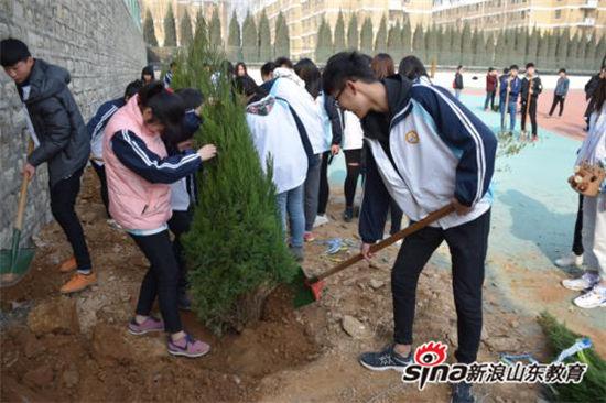 """山东现代学院开展""""践行传统文化 美化绿色校园 共建幸福现代""""植树造林活动"""