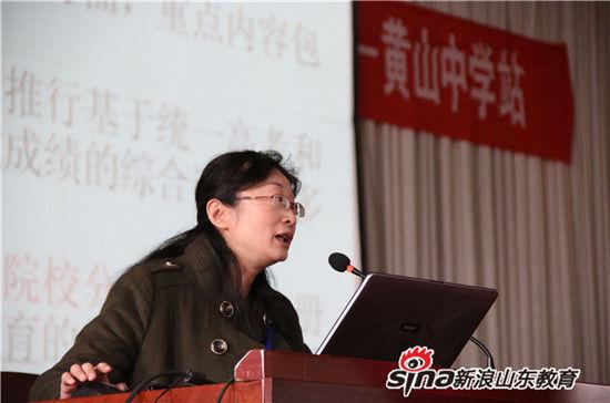 山东商业职业技术学院食品药品学院院长张咏梅为在场高三准考生、班主任介绍了关于单招、春考相关政策。