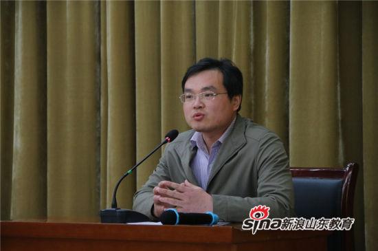 中国石油大学(华东)招生负责老师于茂谦为在场的高二、高三学子深度剖析高考中各项政策