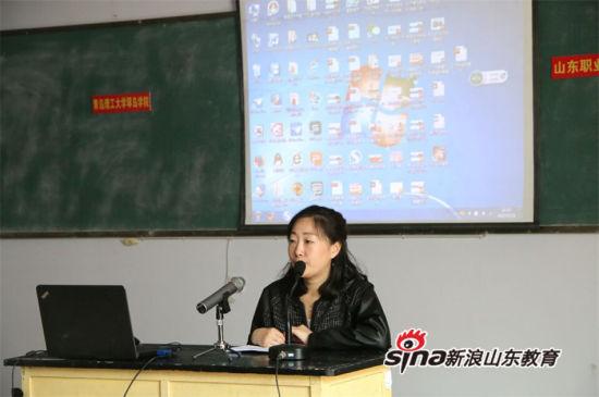 """青岛理工大学琴岛学院招办负责人黄芳为在场的学生宣讲""""单招、春考""""政策"""