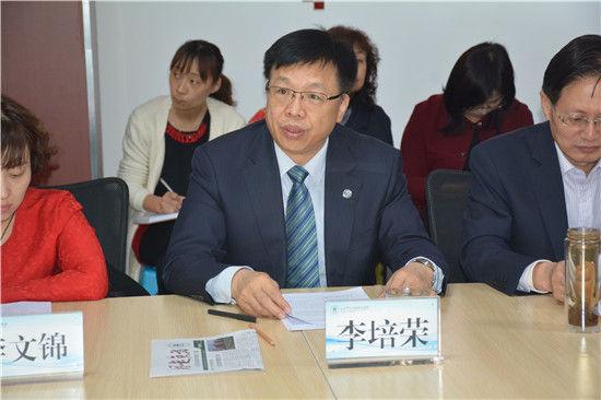 集团党总支书记李培荣、副总经理张磊主持会议