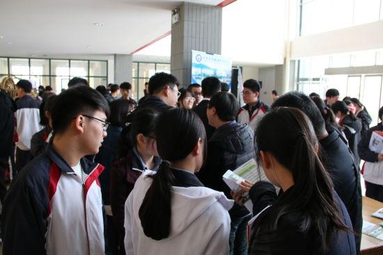 活动现场,济南三中的高三学子们积极踊跃的与各个高校招办老师进行咨询,咨询台前排起长队,等待与招办老师面对面交流。