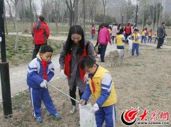 小学生公园捡垃圾画画比赛作品