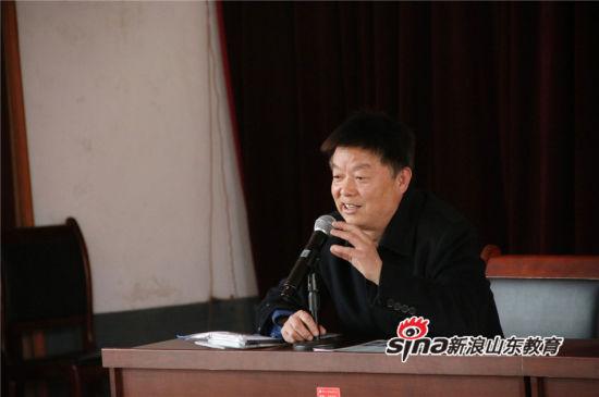 淄博职业学院招办负责老师胡克平向现场的高三学生讲解夏季高考、春季高考及单独招生的相关政策。