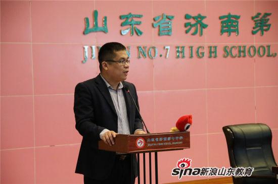 山东电子职业技术学院招生负责老师尚殿广主任为在场学子宣讲关于单独招生政策。