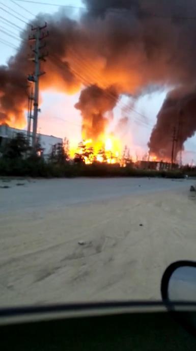 山东爆炸石化公司燃烧点仍有明火 浓烟滚滚