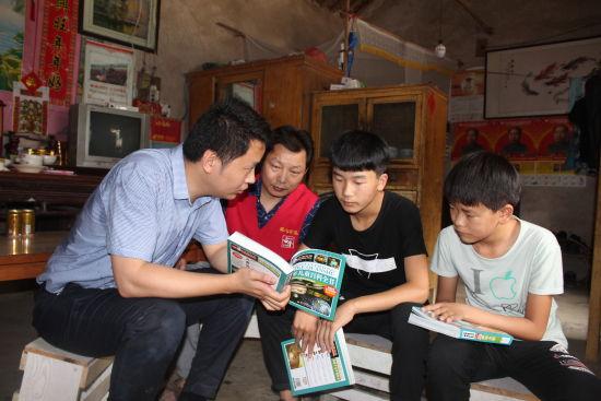 菏泽新浪爱心公益协会资助贫困儿童在行动