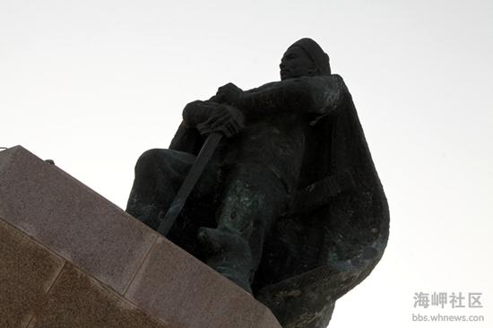 绕过邓世昌雕像往前走,就到了环翠楼公园的中轴线,308级台阶造就了