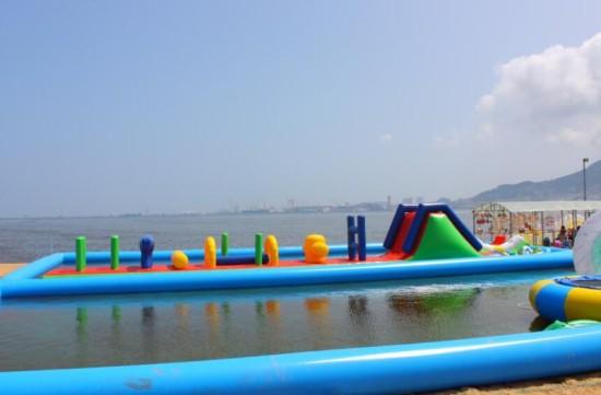 海边露天游泳池,占地800平方米,采用天然的海水,多层净化处理,水深1米