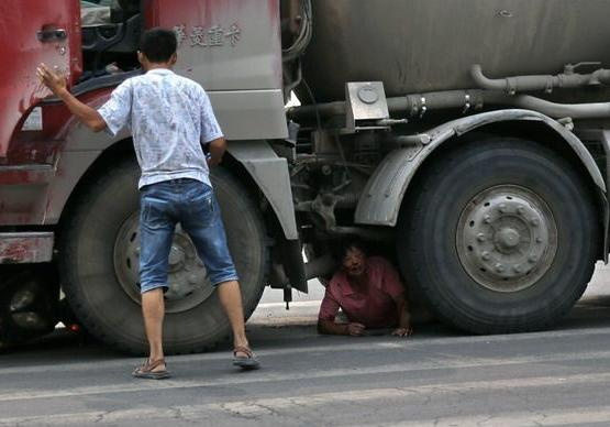 女子卡车轮下求别碾她