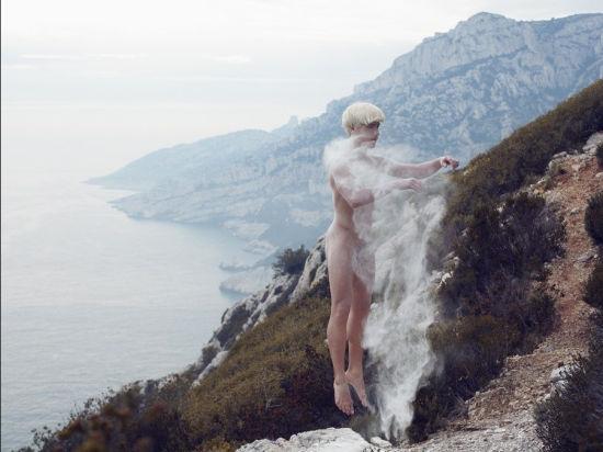 摄影师拍裸体舞者