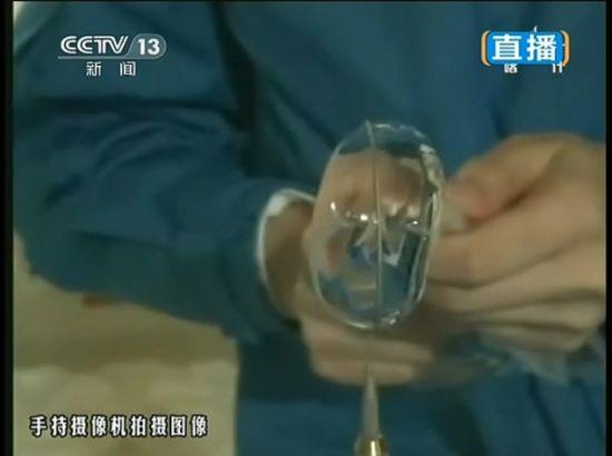 王亚平示范太空制作水球