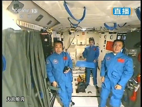航天员讲课后送同学祝福 为中国梦添彩