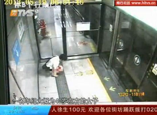 女子地铁站内大便