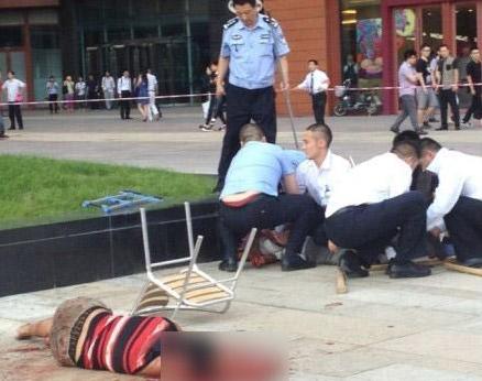 实拍四名警察合力制服北京大悦城杀人男子