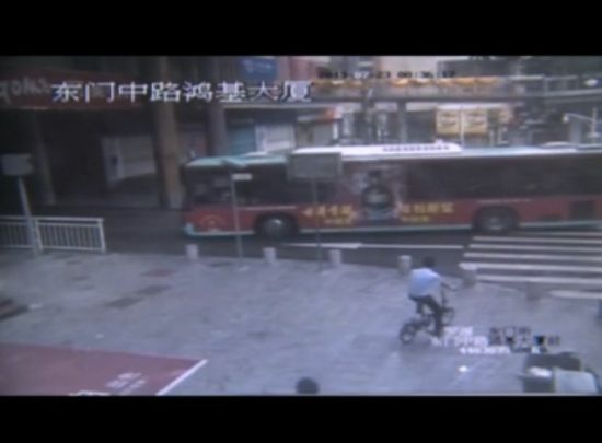 实拍女子过马路看手机被公交车撞倒