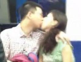 实拍北京地铁2号线情侣激情舌吻两分钟
