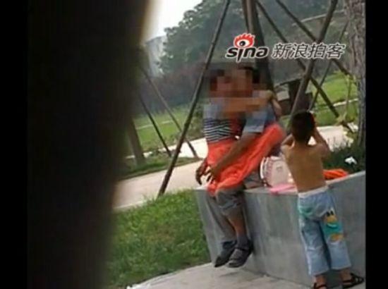 实拍小男孩旁观父母公园内当众激情